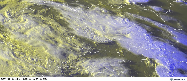 """Stejná bouřka ze satelitního pohledu """"na vlastní oči"""", 18.00. Umělý pás bouří o délce mnoha set km."""