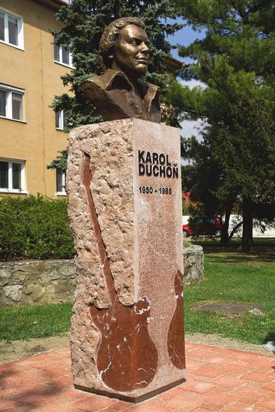 Pamätník karola duchoňa na hlavnej ulici v galante